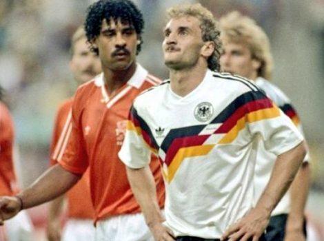 Rudi Voller i Frank Rijkaard escupinada