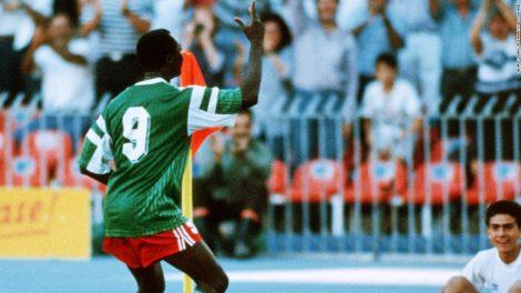 Roger Milla celebrant un gol al corner