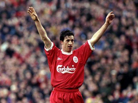 Fowler saludant l'afició del Liverpool